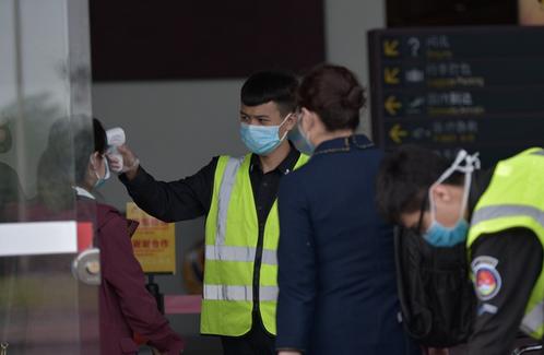 抗击疫情·防控   组图:博鳌机场严格监测 一个旅客也不能少