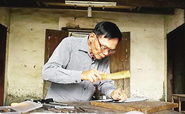 琼海龙江镇南正村村民王敬业匠心坚守:扎花灯30多年 传承花灯文化